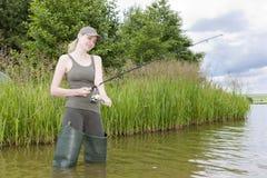 Donna di pesca Immagini Stock Libere da Diritti