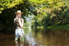 Donna di pesca Fotografie Stock Libere da Diritti