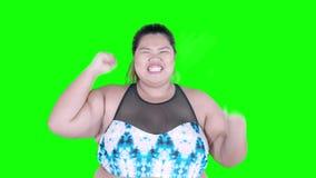 Donna di peso eccessivo allegra che celebra il suo successo video d archivio
