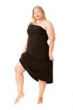 Donna di peso eccessivo attraente in vestito da sera nero immagini stock libere da diritti