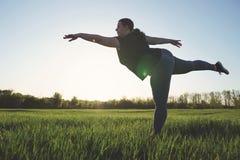 Donna di peso eccessivo che balla all'aperto Concetto di libertà Fotografie Stock