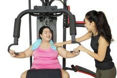 Donna di peso eccessivo che fa esercizio con l'istruttore Fotografia Stock Libera da Diritti