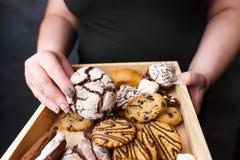 Donna di peso eccessivo che mangia i dolci di ingrassamento fotografia stock