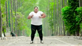 Donna di peso eccessivo che salta al parco stock footage