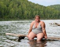 Donna di peso eccessivo che si siede sulla fase Fotografie Stock Libere da Diritti