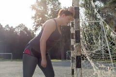 Donna di peso eccessivo esaurita dopo un allenamento lungo Fotografia Stock