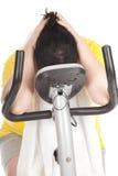 Donna di peso eccessivo sulla bicicletta fissa di forma fisica Fotografia Stock