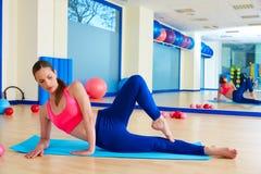Donna di Pilates che allunga allenamento di esercizio Immagini Stock