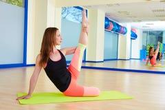 Donna di Pilates che allunga allenamento di esercizio alla palestra Fotografie Stock