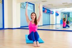 Donna di Pilates che allunga allenamento di esercizio alla palestra Fotografie Stock Libere da Diritti