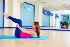 Donna di Pilates che allunga allenamento di esercizio alla palestra Immagini Stock