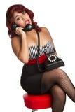 Donna di Pinup sul telefono fotografia stock libera da diritti