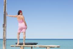 Donna di posa rilassata alla spiaggia tropicale dell'oceano Fotografia Stock