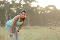 Donna di Pregnat che prende un resto di allenamento di forma fisica Fotografia Stock