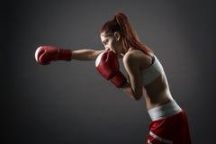 Donna di pugilato durante l'esercizio Fotografia Stock Libera da Diritti