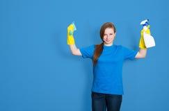Donna di pulizia della domestica con la bottiglia dello spruzzo di pulizia servizio di pulizia fotografia stock