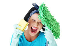 Donna di pulizia stanca ed esaurita che grida Fotografia Stock Libera da Diritti