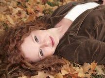 Donna di Redhead che si trova giù fotografia stock libera da diritti