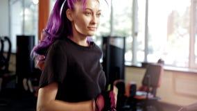Donna di resistenza di allenamento della palestra che esegue pedana mobile stock footage