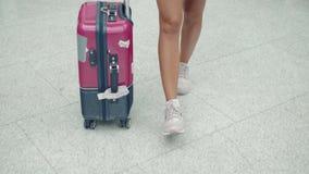 Donna di retrovisione con bagagli che cammina verso il getto privato al terminale di aeroporto, al turista felice dello studente  video d archivio
