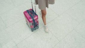 Donna di retrovisione con bagagli che cammina verso il getto privato al terminale di aeroporto, al turista felice dello studente  archivi video