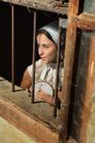 Donna di rinascita dietro la finestra Fotografie Stock Libere da Diritti