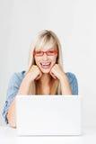 Donna di risata che indossa i vetri rossi Fotografia Stock