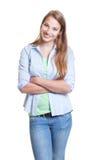 Donna di risata con capelli biondi in abbigliamento casual Immagine Stock