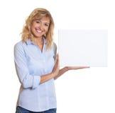 Donna di risata con capelli biondi e bordo bianco Fotografia Stock