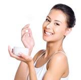 Donna di risata con crema sul suo radiatore anteriore fotografie stock