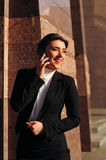 Donna di risata con il cellulare Fotografie Stock Libere da Diritti