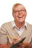 Donna di risata con la matita ed il dispositivo di piegatura Immagini Stock