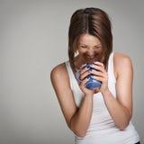Donna di risata con la tazza di caffè Immagini Stock