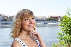Donna di risata con le armi attraversate su un fiume Fotografie Stock Libere da Diritti