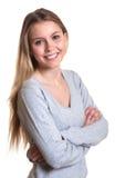 Donna di risata con le armi attraversate in un maglione grigio Fotografie Stock