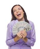 Donna di risata della corsa mista che tiene le banconote in dollari di nuovo cento Fotografie Stock
