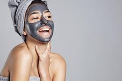 Donna di risata divertendosi con la maschera facciale Immagini Stock Libere da Diritti