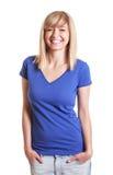 Donna di risata in jeans con gli occhi scuri e una camicia blu Fotografie Stock
