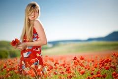 Donna di risata nel campo del papavero