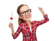 Donna di risata in occhiali con il diploma Fotografie Stock Libere da Diritti