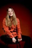 Donna di risata su colore rosso Fotografia Stock Libera da Diritti