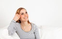 Donna di risata su un sofà Fotografia Stock