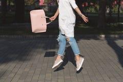 Donna di salto con la borsa Stile di vita e concetto di easeness Immagine Stock Libera da Diritti