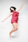 Donna di salto Ragazza emozionale felice che porta vestito rosa Fotografie Stock Libere da Diritti