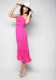 Donna di salto Ragazza emozionale felice che porta vestito rosa Immagini Stock