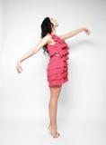 Donna di salto Ragazza emozionale felice che porta vestito rosa Immagine Stock Libera da Diritti