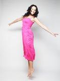 Donna di salto Ragazza emozionale felice che porta vestito rosa Fotografia Stock