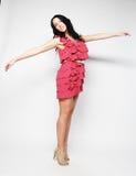 Donna di salto Ragazza emozionale felice che porta vestito rosa Immagini Stock Libere da Diritti