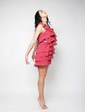 Donna di salto Ragazza emozionale felice che porta vestito rosa Fotografia Stock Libera da Diritti