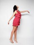 Donna di salto Ragazza emozionale felice che porta vestito rosa Fotografie Stock